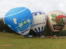 Die drei Heißluftballone sind fast startbereit